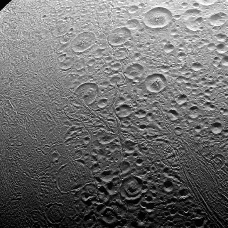 卡西尼捕获了Enceladus北极的新形象